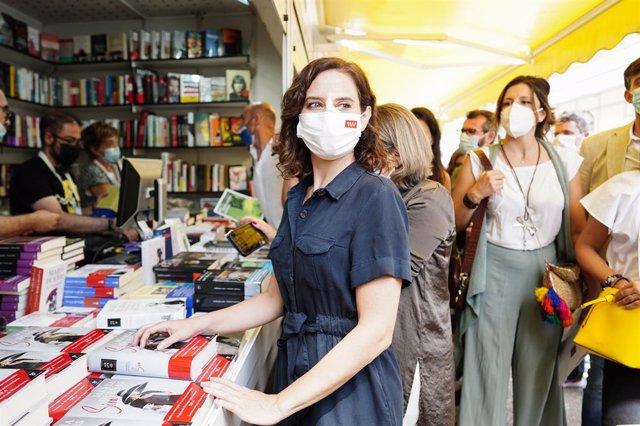 La presidenta de la Comunidad de Madrid, Isabel Díaz Ayuso, visita la 80º edición de la Feria del Libro