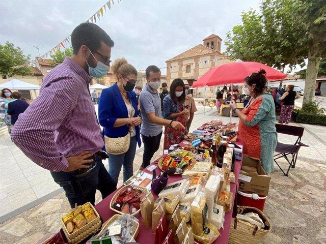 El consejero de Desarrollo Sostenible, José Luis Escudero, junto a la consejera de Bienestar Social, Bárbara García Torijano, y la alcaldesa, Isabel García, ha visitado la Feria 'Eco Torrejón 2021'.