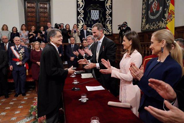 Archivo - Los Reyes imponen la medalla del Premio Cervantes al escritor nicaragüense Sergio Ramírez durante el acto de entrega de este galardón que ha tenido lugar en el Paraninfo de la Universidad de Alcalá de Henares