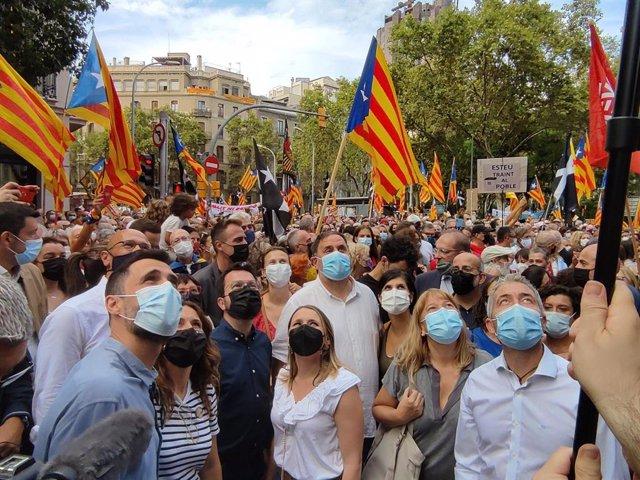 El president Pere Aragonès, Oriol Junqueras, Laura Vilagrà, Roger Torrent, Marta Vilalta, Raül Romeva i Meritxell Serret (ERC) en la manifestació de l'ANC per la Diada a Barcelona