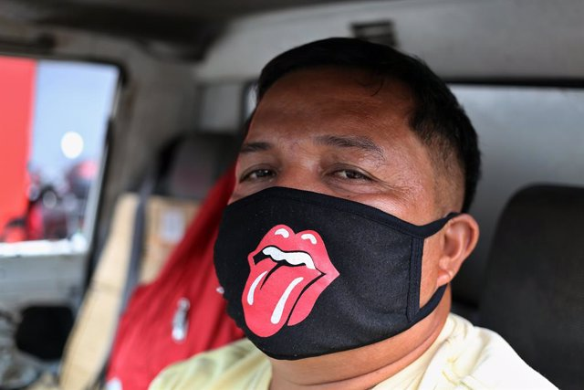 """Archivo - 17 March 2020, Philippines, Manila: A driver in Manila wears a mouth guard amid of Coronavirus (Covid-19) global outbreak. President Duterte has placed the whole of Luzon - the largest island in the Philippines with 57 million people - under """"ti"""