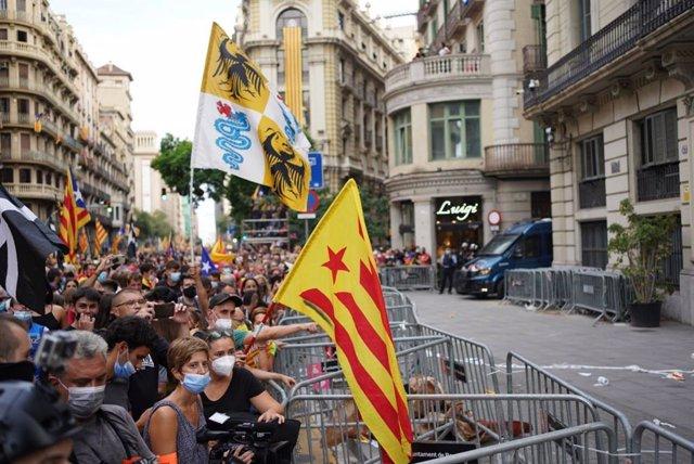 Unes 1.000 persones es concentren davant la comissaria de CNP durant la manifestació