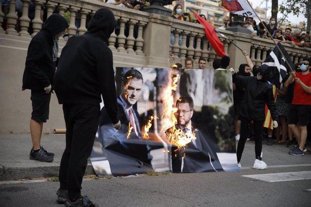 Queman una foto de Aragonès y Sánchez en la manifestación de la Izquierda Independentista en Barcelona