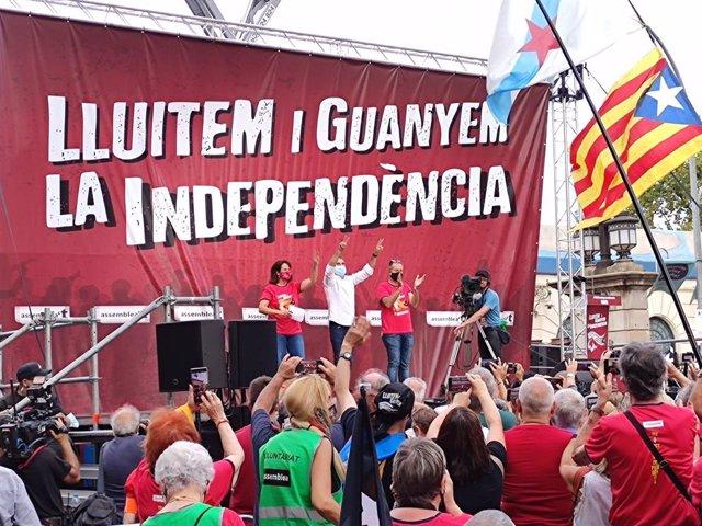 Elisenda Paluzie (ANC), Jordi Cuixart (Òmnium Cultural) i Jordi Gaseni (AMI) intervenen en l'acte després de la manifestació de la Diada a Barcelona