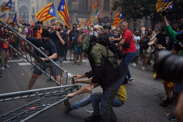 Altercats davant la Prefectura de Policia en la Via Laietana de Barcelona durant la Diada