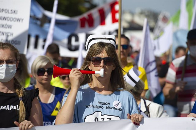 11 September 2021, Poland, Warsaw: Nurses take part in the nationwide healthcare workers strike. Thousands of healthcare professionals and their supporters marched through the city during a nationwide strike to demand better working conditions, especially