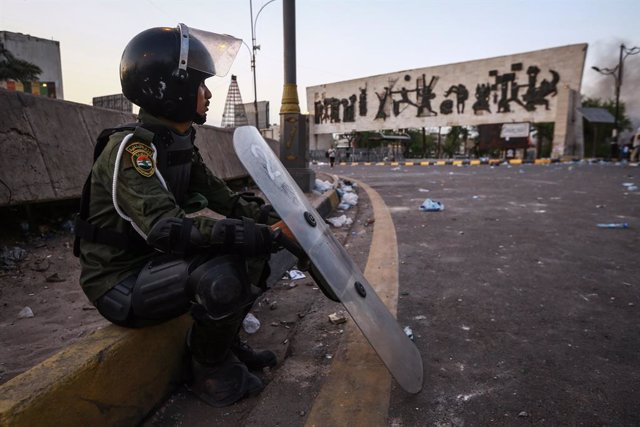 Archivo - 25 May 2021, Iraq, Baghdad: A member of Iraqi security forces sits on the street during clashes following an anti-government protest calling for the killers of pro-reform activists to be revealed. Photo: Ameer Al Mohammedaw/dpa