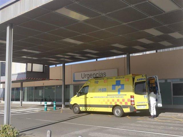 Archivo - Servicio de urgencias del hospital San Pedro, ambulancias