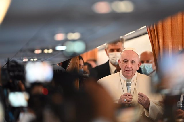 12 September 2021, ---: Pope Francis (C)speaks to journalists on the plane as he starts his four-day trip to Hungary and Slovakia to attend the closing Mass of the 52nd International Eucharistic Congress, which is meeting in Budapest. Francis begins his