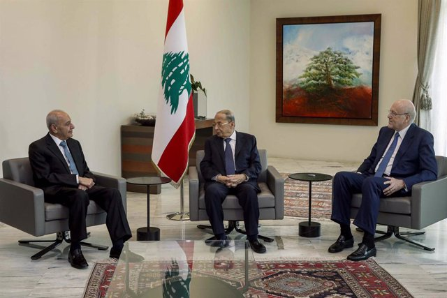 HANDOUT - 10 September 2021, Lebanon, Baabda: Lebanese Prime Minister Najib Mikati (R) speaks with Lebanese President Michel Aoun (L) and Nabih Berri, Speaker of the Parliament, during a meeting after signing the decree forming the long-awaited government
