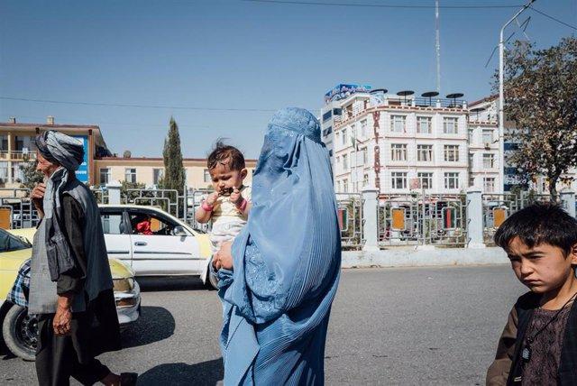 Una mujer con burka en Mazar e Sharif