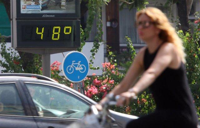 Archivo - Termómetro en Sevilla que refleja las altas temperaturas