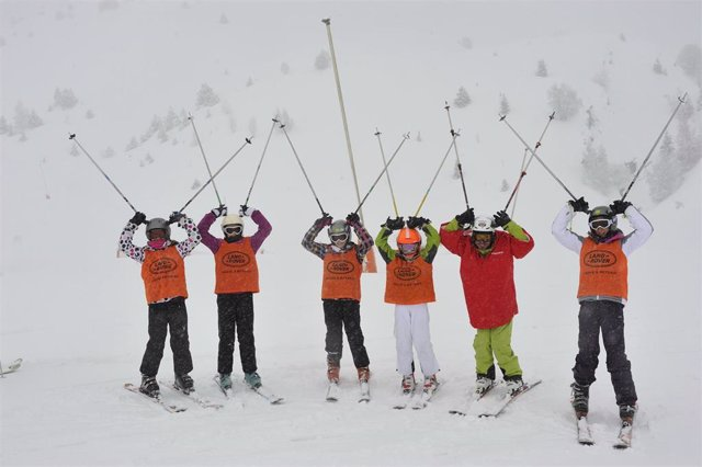 Archivo - Escolares de la campaña de esquí  de la DPH