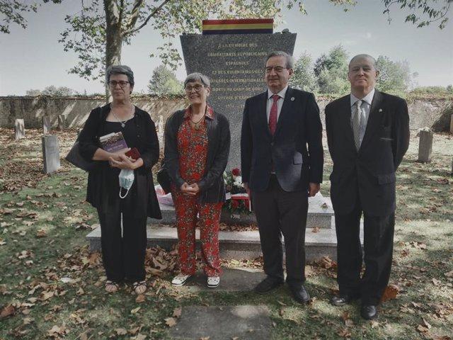 Autoridades en el homenaje del Campo de Internamiento de Gurs (Francia).