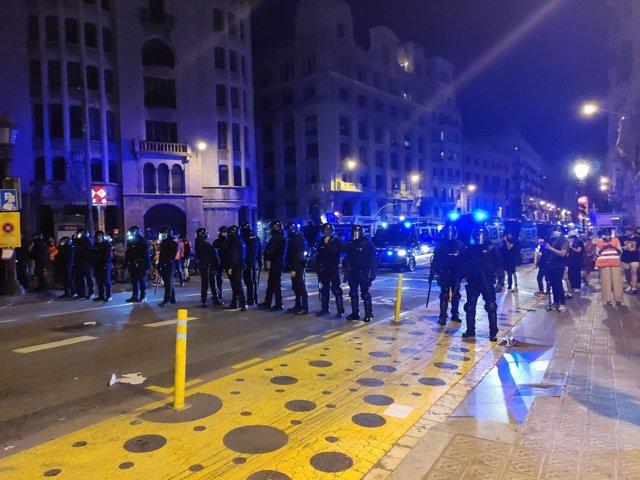 Els Mossos dispersen als concentrats davant la Prefectura de Policia en Barceona, que els increpen i llancen objectes durant la Diada