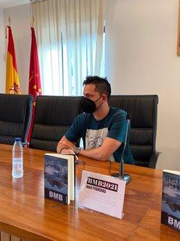 El d'Almeria José Piqueras guanya el premi de novel·la negra BMB 2021 amb 'Senderes després de la boira' i rep el guardó en el festival cultural de Bossòst (Lleida). A Lleida, a 12 de setembre de 2021.