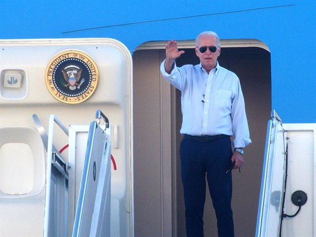07 September 2021, US, New York: US President Joe Biden waves as he departs John F. Kennedy Airport after surveying the damage caused by Hurricane Ida. Photo: Bruce Cotler/ZUMA Press Wire/dpa