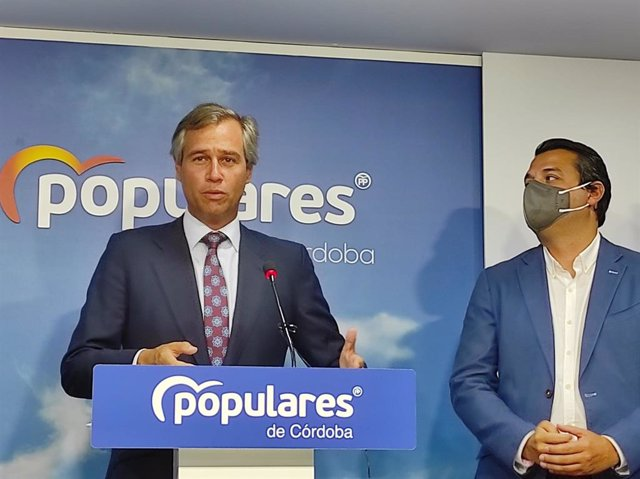 González Terol intervé, observat per Bellido, a la seu del PP de Còrdova.
