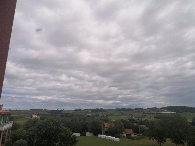 Archivo - Arxivo - Dia d'estiu ennuvolat en Gozón, Astúries.
