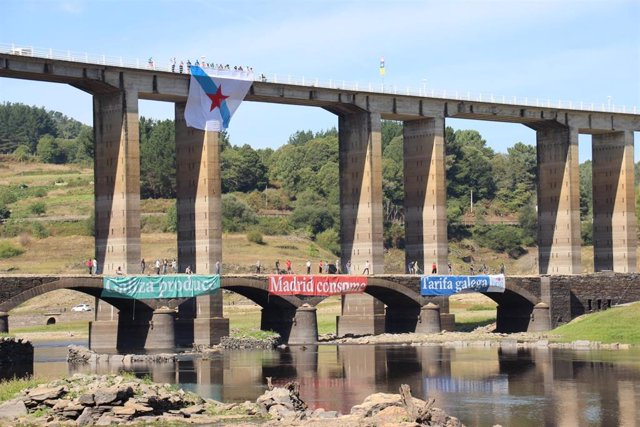 El BNG realiza una acción simbólica en el embalse de Belesar, en Portomarín (Lugo)