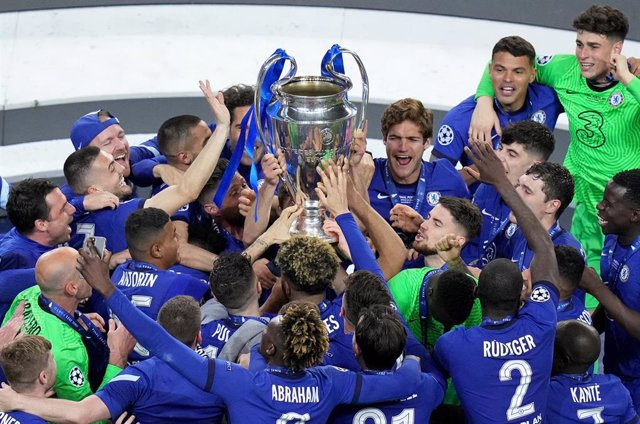 Archivo - 29 May 2021, Portugal, Porto: Chelsea players celebrate with the trophy after wining the UEFA Champions League final soccer match against Manchester City at the Estadio do Dragao. Photo: Adam Davy/PA Wire/dpa