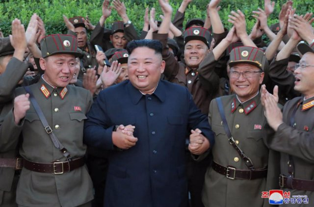 """Archivo - HANDOUT - 07 August 2019, North Korea, ---: North Korean leader Kim Jong-un (C) celebrates with North Korean soldiers after watching the firing of new-type tactical guided missiles. Kim said this week's missile launches were an """"adequate warning"""