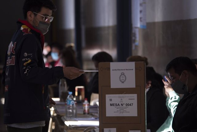 12 September 2021, Argentina, Cordoba Capital: A man casts his vote at the Primary legislative elections inside a polling station. Photo: Daniel Bustos/ZUMA Press Wire/dpa