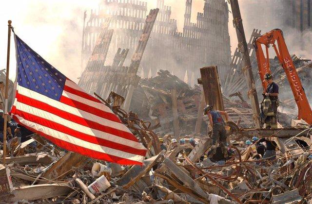 Archivo - Una bandera estadounidense entre los restos de las Torres Gemelas tras los atentados del 11-S