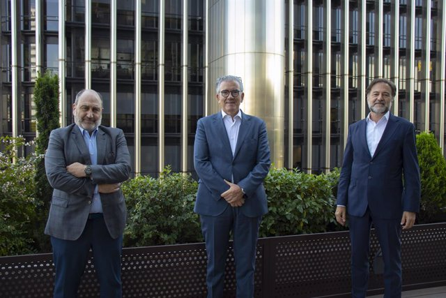 De izquierda a derecha: el presidente de Auren Consultores, Javier Cantera; el consejero delegado de The Silver Economy Company, Juan Carlos Alcaide, y el presidente de Auren, Mario Alonso.