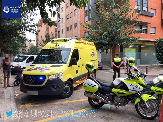 Efectivos sanitarios y de Policía Local atienden a la conductora de un ciclomotor tras sufrir un accidente