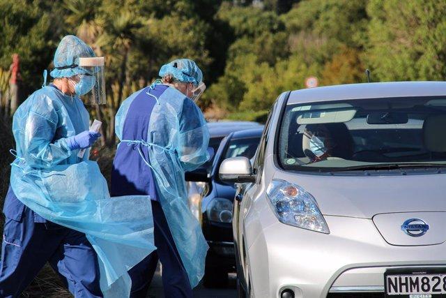 Trabajadores sanitarios en Auckland.
