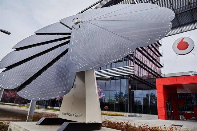 Vodafone evitó la emisión de 110.195 toneladas de CO2 en España en su último año fiscal, gracias entre otros a esta instalación, conocida como 'smart flower, que sigue al sol como un girasol para generar energía fotovoltaica.