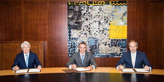 El presidente de Egeda, Enrique Cerezo; el director general de Negocio de CaixaBank, Juan Antonio Alcaraz; y el consejero delegado de Crea SGR, Miguel Ángel Benzal.