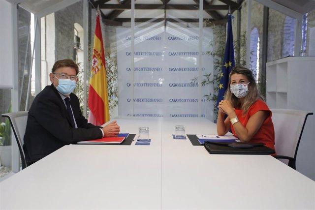 El president de la Generalitat valenciana, Ximo Puig, y la vicepresidenta segunda y ministra de Trabajo y Economía Social  Yolanda Díaz, posan a la cámara durante una reunión en el Sede Casa Mediterráneo