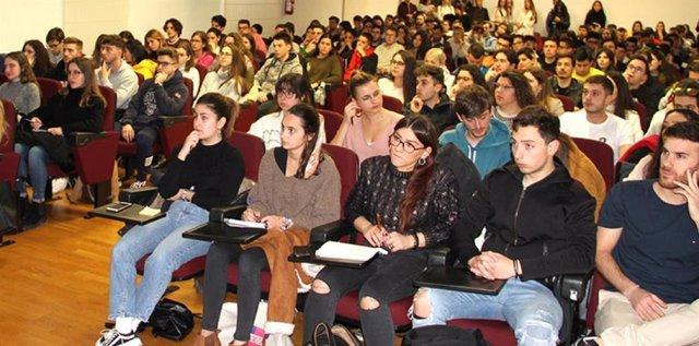 Estudiantes de la UCAM en una reunión informativa sobre los programas de movilidad. Foto de archivo