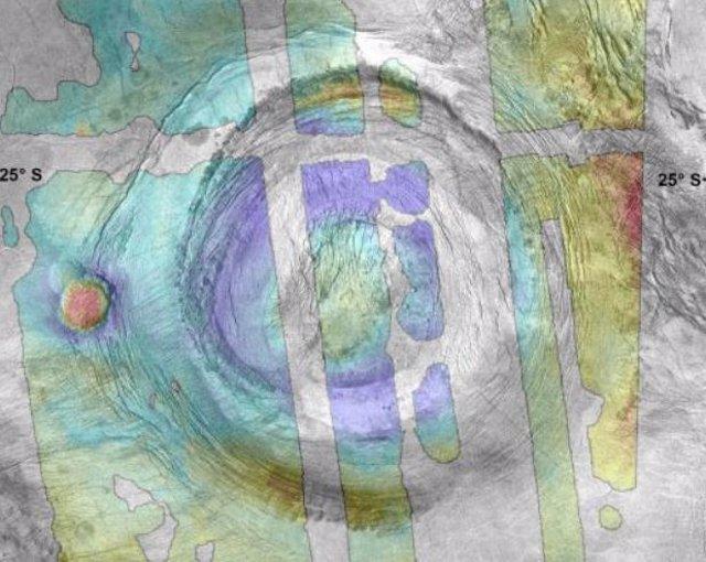 Imagen de radar de apertura sintética (SAR) Magallanes de Aramaiti Corona. Narina Tholus (centro izquierda) aparece como dos cúpulas adyacentes que se superponen en el anillo de fractura exterior oeste.