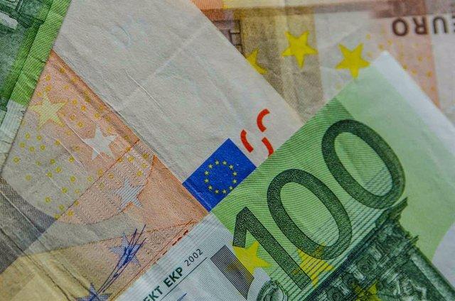 Archivo - Monedas, moneda, billete, billetes,euro ,euros, capital, efectivo, metálico, riqueza