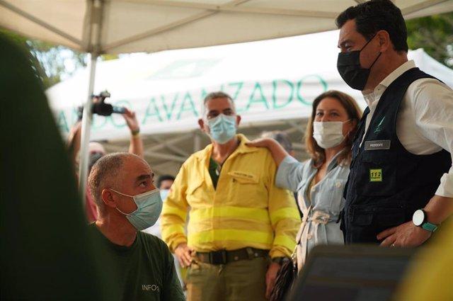 El presidente de la Junta de Andalucía, Juanma Moreno, en una foto de archivo en el puesto de mando avanzado del incendio en Sierra Bermeja.