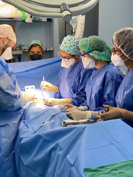 Cirujanos del Hospital de Valme durante una operación.
