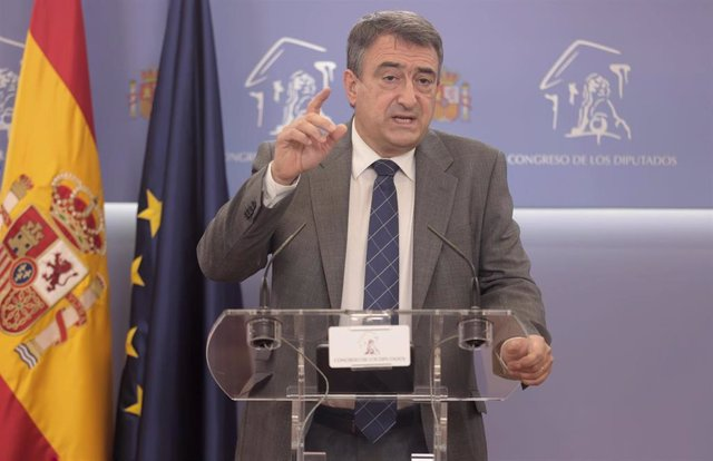El portavoz del PNV en el Congreso de los Diputados, Aitor Esteban, ofrece una rueda de prensa en el Congreso