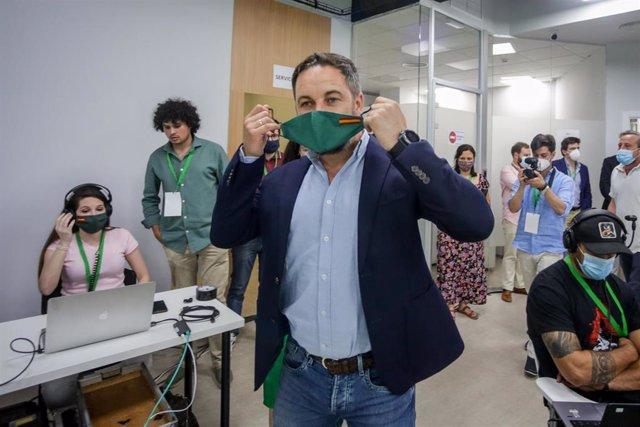 Archivo - El presidente de Vox, Santiago Abascal, se quita la mascarilla antes de una rueda de prensa