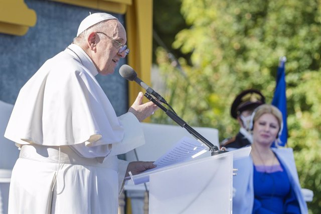 13 September 2021, Slovakia, Bratislava: Pope Francis (L)delivers a speech in the presence of Slovak President Zuzana Caputova during a meeting with the representatives of the civil society and the diplomatic corps at the Presidential Palace in Bratislav