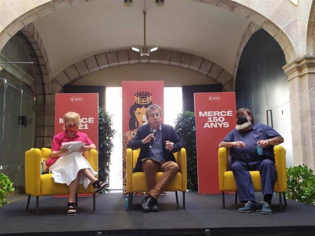 El teniente de alcalde, Jordi Martí, durante la presentación de la programación del MAC y los actos de cultura popular, acompañado de la directora artística del MAC, Marta Almirall, y el director de los actos tradicionales de la Mercè, Xavier Cordomí.