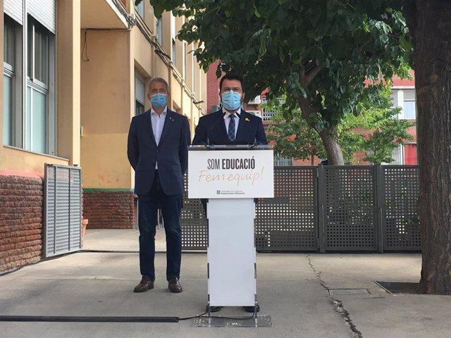 El president de la Generalitat, Pere Aragonès, i el conseller d'Educació, Josep Gonzàlez-Cambray (darrere), en una roda de premsa a l'Escola Tanit de Santa Coloma de Gramenet (Barcelona) el primer dia del curs 2021-2022