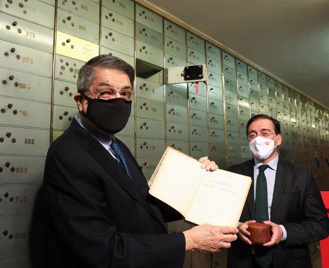 El escritor nicaragüense Sergio Ramírez (i) y el ministro de Asuntos Exteriores, Unión Europea y Cooperación, José Manuel Albares, durante el acto de entrega del Legado de Rubén Darío en la Caja de las Letras del Instituto Cervantes, a 13 de septiembre de