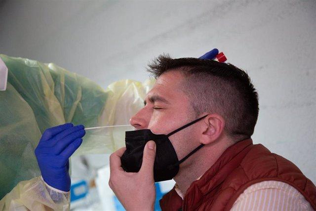 Archivo - Una sanitaria realiza un test de antígenos o una PCR a un hombre, en un dispositivo de cribado masivo instalado en el Hospital Perpetuo Socorro, en Badajoz, Extremadura (España), a 1 de abril de 2021. Este miércoles ha comenzado la segunda fase