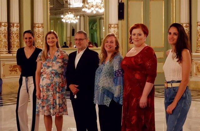 La cantante de ópera Sara Blanch, junto a la soprano Johanni van Oostrum; el director musical del Liceu, Josep Pons; la repositora Eloise Lally; la soprano Miina-Liisa Värelä y la cantante de ópera Elena Sancho.