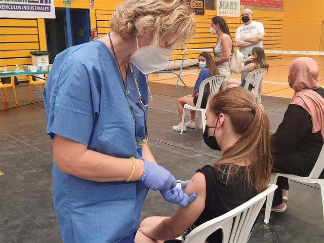 Una enfermera administra una vacuna contra el covid-19 en un punto de vacunación masiva del Distrito Sanitario Poniente, en Almería.