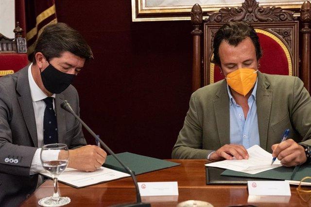 Juan Marín y el el alcalde de Cádiz firmando el protocolo.