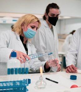 Alumnos de ITEP realizan parte de su formación práctica en el laboratorio.